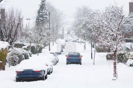 Photo pour Conditions de conduite dangereuses après les chutes de neige à pinner, Royaume-Uni - image libre de droit
