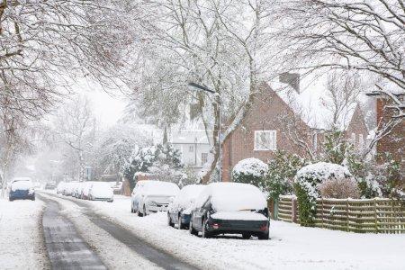 Photo pour Rue banlieue couverte de neige en Angleterre, Royaume-Uni - image libre de droit