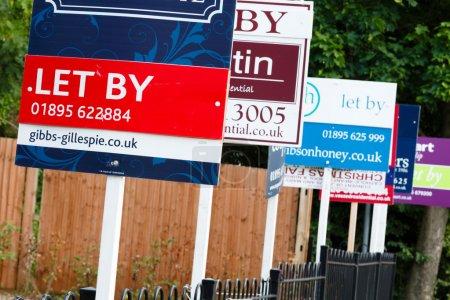 Photo pour Agent immobilier enseignes propriété de laisser au Royaume-Uni - image libre de droit