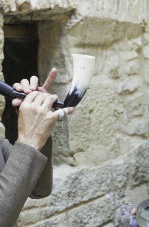 Photo pour Musicien avec corne jouant célébration médiévale, objet et instrument - image libre de droit