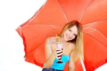 Photo pour Attrayant fille avec verre de jus sous parapluie rouge sur blanc - image libre de droit