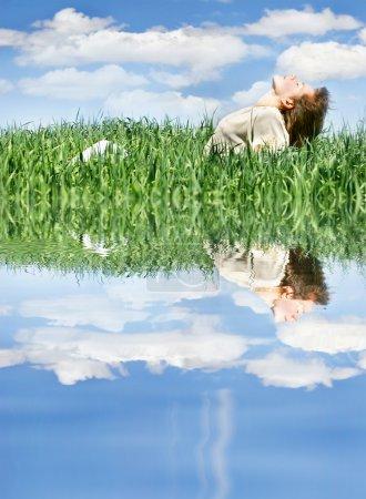 Photo pour Jeune fille se détendre dans l'herbe verte - image libre de droit