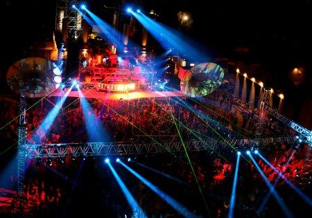 Photo pour Danse au concert en plein air de nuit - image libre de droit