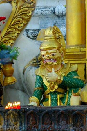 statue in Shwedagon paya