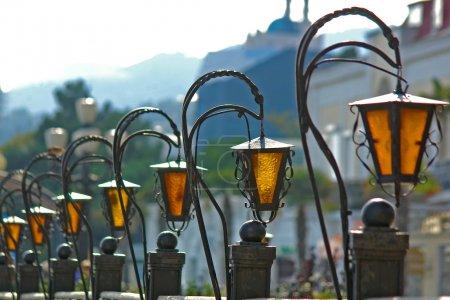 Photo pour Lampes de rue, mise au point sur le 2ème feu - image libre de droit