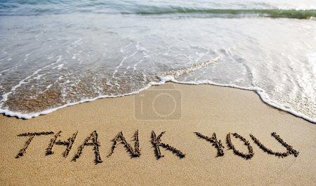 Photo pour Merci mots écrits sur le sable de la plage - image libre de droit