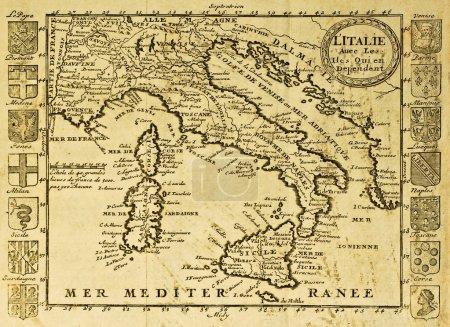 Photo pour Carte de l'Italie, encadrée par des crêtes territoriales. peut être datée du début du xviii s. - image libre de droit
