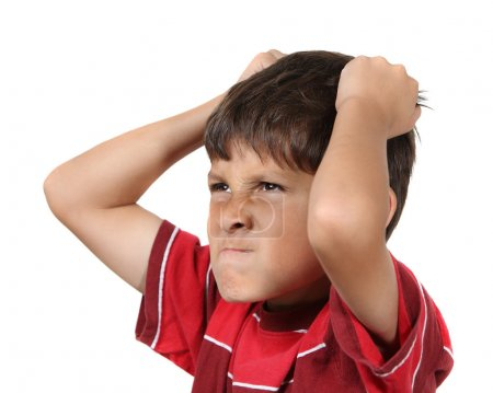 Photo pour Jeune folle ou frustrée avec mains saisissant ses cheveux porte chemise rouge sur fond blanc - image libre de droit