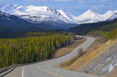 Photo pour Vue panoramique sur la route de l'alaska au Yukon, le canada, avec les montagnes couvertes de neige et de bois de conifères - image libre de droit