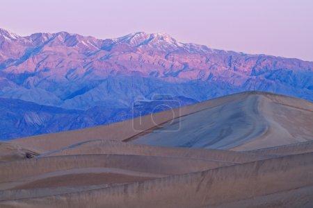Photo pour Sunrise, Mesquite Flat Sand Dunes and Panamint Mountains, Death Valley National Park, Californie, États-Unis - image libre de droit