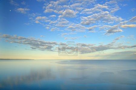Photo pour Paysage du lac Michigan, lune et nuages, Dunes de l'ours endormi National Lakeshore, Michigan, États-Unis - image libre de droit