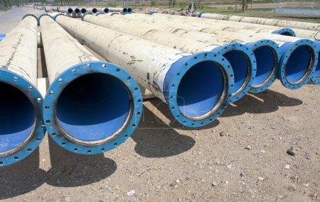 Photo pour Tuyau métallique pour l'approvisionnement de la ville d'eau - image libre de droit