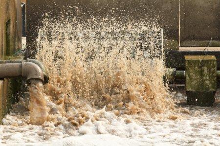 Photo pour Air remplissage turbine dans les eaux usées en station d'épuration. - image libre de droit