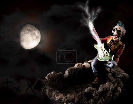 Photo pour Squelette jouant de la guitare dans la nuit de pleine lune - image libre de droit