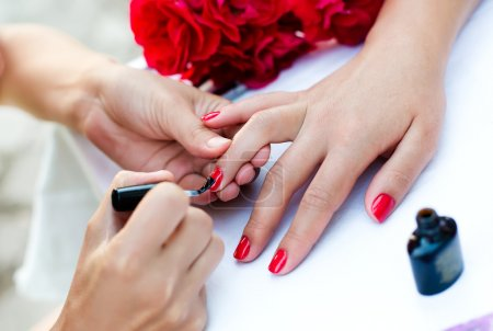 Photo pour Femelles ongles avec manucure de couleur - image libre de droit