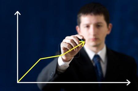 Photo pour Graphique de l'homme d'affaires décrivant la croissance du marché - image libre de droit