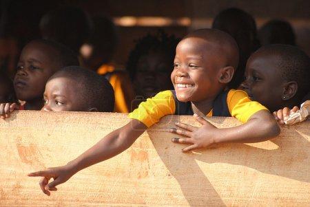 Photo pour Un jeune garçon, un étudiant de l'Ouganda, montrant quelque chose - image libre de droit
