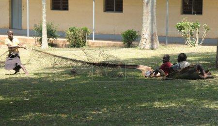 Photo pour Enfants jouant avec la feuille de palme - image libre de droit