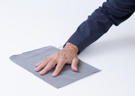 Photo pour Homme main avec chiffon nettoyage du sol - image libre de droit