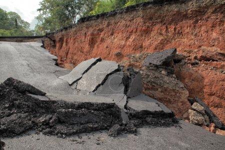 Photo pour Crack de route asphaltée après tremblement de terre - image libre de droit