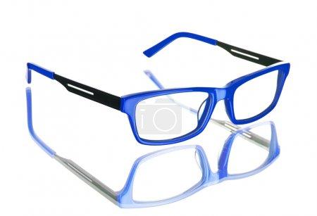 Lunettes bleues Nerd sur fond blanc isolé, reflet parfait