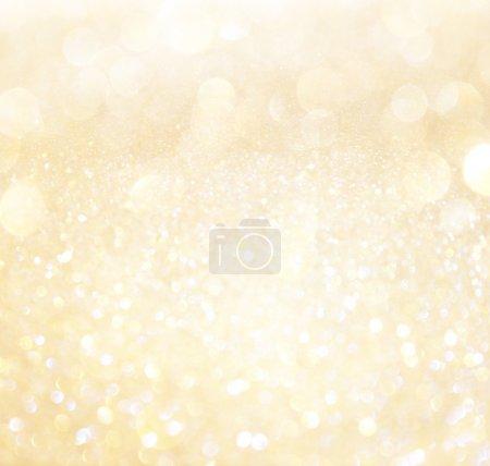 Photo pour Lumières bokeh abstraites blanches et dorées. arrière-plan déconcentré - image libre de droit