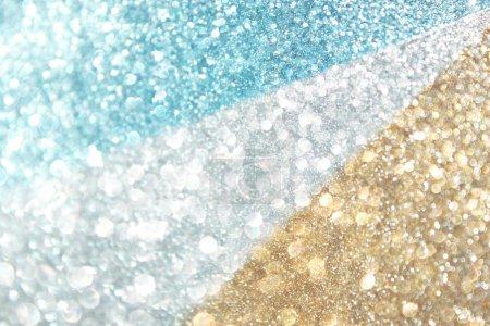 Foto de Estallido de brillo de las luces defocused, oro blanco y azul - Imagen libre de derechos