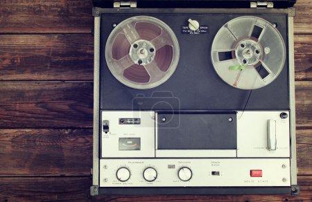 Photo pour Vue du dessus de l'ancienne bobine à bobine enregistrement machine .filtered image . - image libre de droit