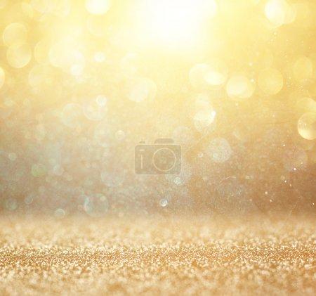 Photo pour Photo abstraite d'éclats de lumière et de lumières bokeh scintillantes. image est floue et filtrée  . - image libre de droit