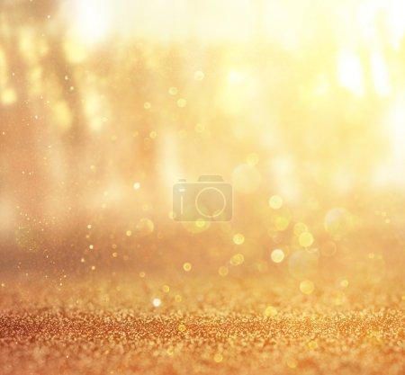 Photo pour Photo abstraite de lumière éclatant parmi les arbres et de paillettes bokeh lumières. image filtrée et texturée. image est floue . - image libre de droit