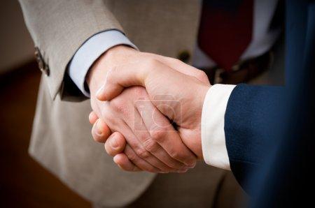 Photo pour Deux hommes d'affaires professionnels donnant poignée de main dans le bureau, gros plan sélectif focus - image libre de droit