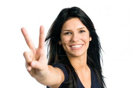 Photo pour Jeune adolescente latine montrant signe de victoire isolé sur fond blanc - image libre de droit