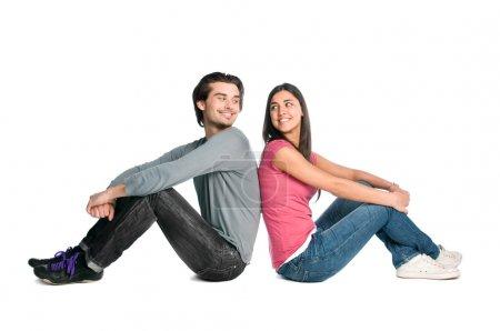 Photo pour Souriante jeune couple à la recherche de l'autre avec tendresse et amour isolé sur fond blanc - image libre de droit