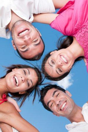 Photo pour Heureux amis souriants avec leurs têtes ensemble en regardant la caméra dans une journée ensoleillée - image libre de droit