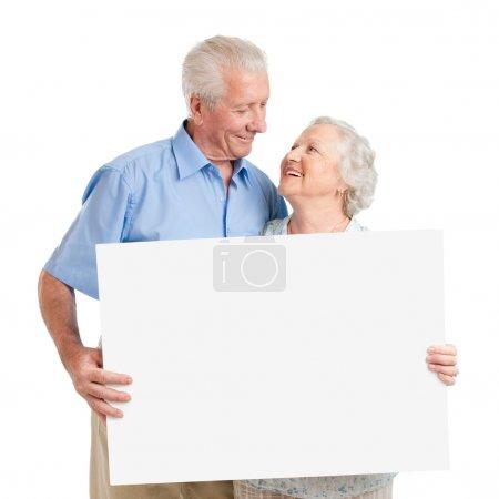 couple de personnes âgées avec plaque