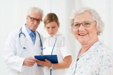 Foto de Mujer senior feliz sonriendo a la cámara después de su examen médico en el hospital - Imagen libre de derechos