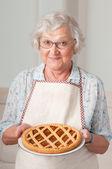Starší dáma s domácí koláč