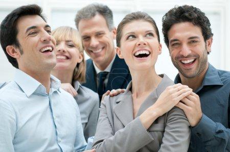 Photo pour Affaires heureux équipe souriant et riant ensemble au bureau pour célébrer un succès - image libre de droit