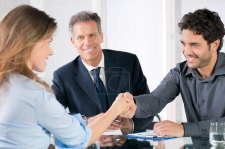 Foto de Apretón de manos para sellar un acuerdo después de una reunión de trabajo reclutamiento - Imagen libre de derechos