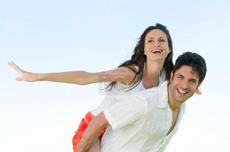 Photo pour Couple joyeux heureux d'apprécier la liberté de l'été - image libre de droit