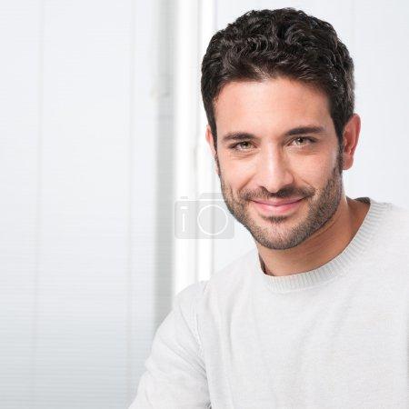 Photo pour Heureux mec souriant, regardant la caméra avec satisfaction - image libre de droit