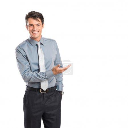 Foto de Feliz joven empresario mostrando iaolated sobre fondo blanco - Imagen libre de derechos