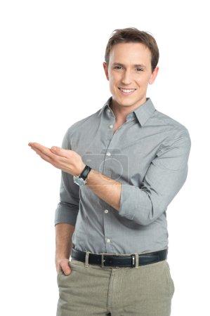Photo pour Heureux jeune homme d'affaires montrant isolé sur fond blanc - image libre de droit