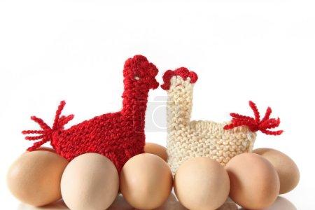 Photo pour Chauffe-œufs en forme de poules à baiser tricotées, isolés - image libre de droit