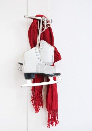 Photo pour Dame patins et foulard rouge accroché sur la porte - image libre de droit
