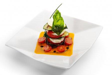 Photo pour Insalata Caprese - Salade italienne à base de tomates, courgettes et fromage Buffalo Mozzarella - image libre de droit