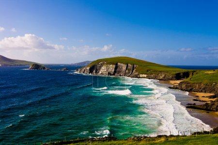 Photo pour Paysage panoramique en bord de mer sur la péninsule de Dingle en Irlande - image libre de droit