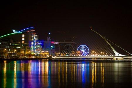 Photo pour Le pont sur la rivière Liffey dans Dublin Docklands. Samuel Beckett Bridge est un pont à haubans qui relie Sir John Rogerson's Quay du côté sud de la rivière Liffey à Guild Street et North Wall Quay dans la région des Docklands. . - image libre de droit