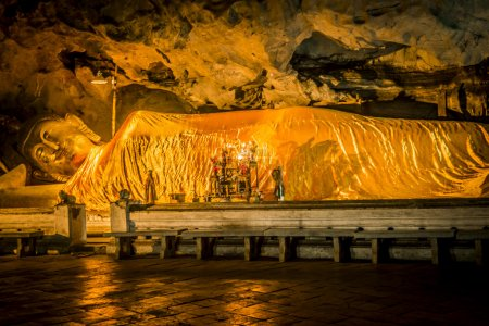 Reclining Buddha statue in the cave2