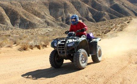 Photo pour Femme conduire un VTT. décor extérieur. - image libre de droit